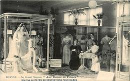 Roanne * Les Grands Magasins * Aux Dames De France * Une Vue Du Rayon De Confections Pour Dames - Roanne