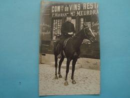 Militaire - Carte Photo - Militaire à Cheval à Identifier - Derrière Commerce De Vins Et Cartes Postales - Régiments