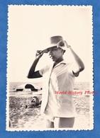 Photo Ancienne Snapshot - ALGERIE - Portrait Jeune Femme En Maillot Bain à La Plag - 1960 - Fille Sexy Maillot De Bain - Pin-Ups