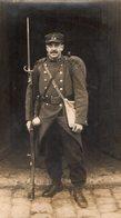PHOTO 453 - MILITARIA - Photo Originale D'un Soldat En Tenue De Campagne N° 24 Sur Le Col & Képi Avec Fusil & Baîonnette - Guerre, Militaire
