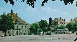 Citroen 2CV Ami 6 DS Break Panhard 24 Renault Dauphine Autocar PHALSBOURG Place D'Armes Mairie Monument Maréchal Mouton - Voitures De Tourisme