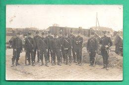Militaria  Carte Photo Militaire Soldats Dans Une Gare Avec Train Non Localissée - Régiments