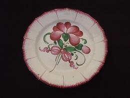 """Assiette Décorative XIXème Polychrome  Faïence De L' Est """" Les Islettes """" (Meuse)  A Décor Floral Noué D' Un Ruban - Est (FRA)"""