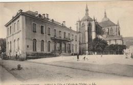 CPA 88 (Vosges)  REMIREMONT / L' HÔTEL DE VILLE ET L' ABSIDE DE L' EGLISE / ANIMEE - Remiremont