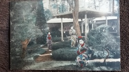 CPA JAPON GROUPE DE JAPONAISES EN COSTUME TRADITIONNEL PARC POSITION - Non Classificati
