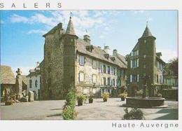 Cantal        H358        Salers.La Place Tyssandier D'Escous.Les Maisons De Flojeac Et De La Ronade - Francia