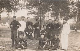CAMP DE CHALONS  - Militaires Qui Posent En 1908 Avant La Quille Très Proche ( Carte-photo ) - Camp De Châlons - Mourmelon
