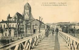 Dép 17 - Saintes - La Passerelle Et Le Chevet De La Cathédrale Saint Pierre - Bon état Général - Saintes