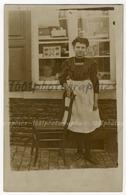 Carte Postale, Portrait D'une Dame Devant Une Vitrine. On Voit En Bas à Gauche Derrière La Vitrine, L - Photos