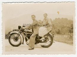 Portrait D'un Couple Sur Une Moto. - Photos