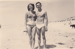 Photo Anonyme Vintage Snapshot Couple Maillot Bikini Plage Beach - Personnes Anonymes