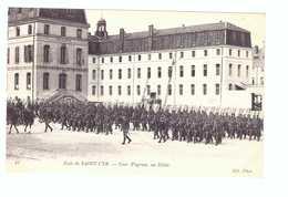 78 Ecole De Saint Cyr Cpa Carte Animée Soldat Militaire Edit ND N°21 Cour Wagram Un Défilé - St. Cyr L'Ecole
