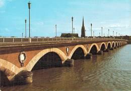 Bordeaux Le Pont De Pierre Et L'eglise St Michel  CPM Ou CPSM - Bordeaux