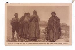 Missions Esquimaude Nord Canadien Femmes Tannant Les Peaux Avec Dents Souliers Missionnaires Oblats Canada - Nunavut