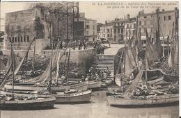 Carte Postale Ancienne De La Rochelle L'Arrivée Des Barque De Peche Au Pied De La Tour De La Chaine - La Rochelle