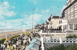 CPSM 9x14 BLONVILLLE SUR MER  (14)  . La Promenade Et Les Villas (Belle Animation) - Other Municipalities