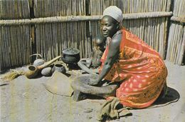 Swaziland - Swazi Housewife Grinding Mealies (Femme Swazie Et Son Enfant) - Honey Hill Ltd - Swasiland