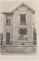 19 / 2 / 343  -  C P A  PHOTO  - MAISON   AVEC  PERSONN Dos. - Divisé  Simple     Circulé -  Oui   Non     Année  -AGES - Genealogy