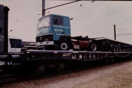 Photo Diapo Diapositive Slide Train Loco Locomotive Wagon Plat Camion Semi Remorque Renault APTM Le 13/09/1996 VOIR ZOOM - Diapositives