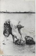 La Rochelle. Une Pêcheuse D'huitres. - La Rochelle