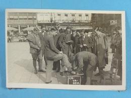 Photo D'amateur Bruxelles Place Rogier Cireur De Chaussures (Publicité Ca-Va-Seul) - Métiers
