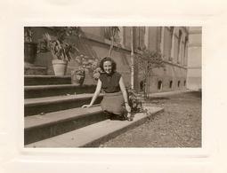 Photographie Ancienne Prise Sur Le Perron De L'Ecole Normale De Toulouse, 1952, Jeune Femme Assise, Institutrice - Lieux