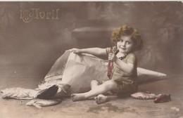 ENFANT Tenant Un Poisson Rouge Assis à Coté D'un Grand Cornet D'où Sortent Des Poissons (Fêtes - Voeux: 1er Avril) - Portraits