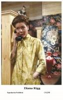 DIANA RIGG - Film Star Pin Up PHOTO POSTCARD - C41-48 Swiftsure Postcard - Artistas