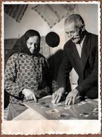 Photo Originale Couple De Vieux Bulgares Plongés Dans Leur Souvenirs De Vie En Photos, Tapis Au Mur, Foulard & Moustache - Personnes Anonymes