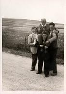 Photo Originale 3 Garçons Portant Un Doyen, Grosse Fatigue Ou Célébration à Travers Champs - Personnes Anonymes