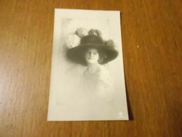 CPA Schneider Femme Avec Chapeau à Plumes (signature à Gauche Sous Le Chapeau) - Femmes