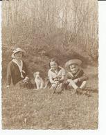 Photo De 1934, Mère, Enfants Et Leur Chien Assis Dans L'herbe, Au Pied D'un Bosquet - Personnes Anonymes
