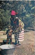Afrique Africa Toilette Du Bébé Washing The Baby - Afrique