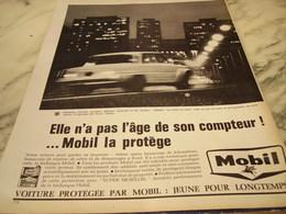 ANCIENNE PUBLICITE MOBIL LA PROTEGE 1965 - Affiches