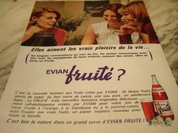 ANCIENNE PUBLICITE BOIRE   FRUITE DE EVIAN 1965 - Affiches