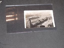 PAQUEBOT TRANSATLANTIQUE QUITTANT UN PORT - Normandie ? - Photo N/B - 6,5/9cm - Schiffe