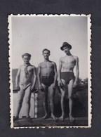Photo Originale Vintage Snapshot Amateur Homme Hommes Maillot De Bain Nude Avocourt Epoque Guerre 39-45 - Personnes Anonymes