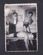 Photo Originale Vintage Snapshot Amateur Homme Hommes Maillot De Bain Nude Boxe Avocourt Epoque Guerre 39-45 - Personnes Anonymes