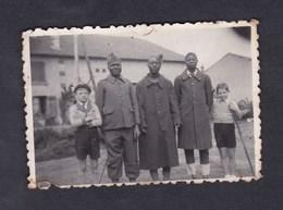 Photo Originale Vintage Guerre 39-45 Enfants Et Soldats Origine Afrique Noire  Avocourt 1943 - Guerre, Militaire