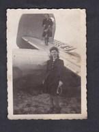 Photo Originale Vintage Guerre 39-45 Aviation Jeune Femme Sur Aille Avion à Identifier Abattu ?  Mady Mars 1945 - Guerre, Militaire