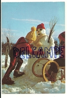 Des Enfants Fabriquent Un Bonhomme De Neige. Ph. Tony Stone - Ray Jones - Cartes Postales