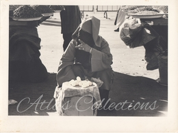 Maroc – Vendeuse D'œufs Dans Le Souk. Photo Originale, Tirage D'époque Vers 1980. - Afrique