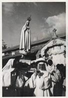 Photo Originale Bonnes Soeurs Portant Notre Dame De Fatima En Procession De La Maison Des Soeurs à L'église Paroissiale - Métiers