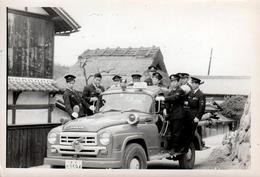 Photo Originale Japonaise - Groupe De Pompiers Japonais En Uniforme Sur Leur Camion Nissan & Gyrophare 1960/70 - Métiers