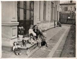 Photo Originale Jeu & Jouet - Fillette & Maman Posant Avec Une Collection De 5 Jolies Poupées Vers 1920/30 - Objets