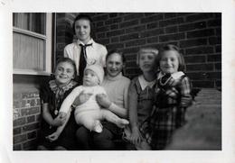 Photo Originale Portrait De Famille Allemande En Mars 1939, 6 Filles Dont L'Aînée à La BDM - Bund Deutscher Mädel - Guerre, Militaire