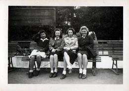 Photo Originale Alignement De Pin-Up Bruxelloises Sur Un Banc Vers 1940 - Copines Sur Un Banc & Manège En Belgique - Pin-up
