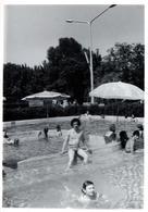 Photo Originale Portrait De Playboy à La Piscine Vers 1970 Hésitant Entre 2 Bassins Plein Air - Personnes Anonymes