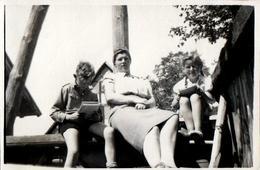 Photo Originale Portrait De Jeunes Lecteurs Studieux Prenant De La Hauteur De Chaque Côté De Leur Mère En 1941 - Personnes Anonymes