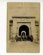A Saisir - Cp - Photographie Ancienne - Fort De Noisy - 12 Militaires Devant L Entree  - Voir Photos - Militaria